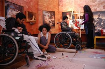 En la foto se ve un grupo de jóvenes de la fundación en un taller artístico pintura