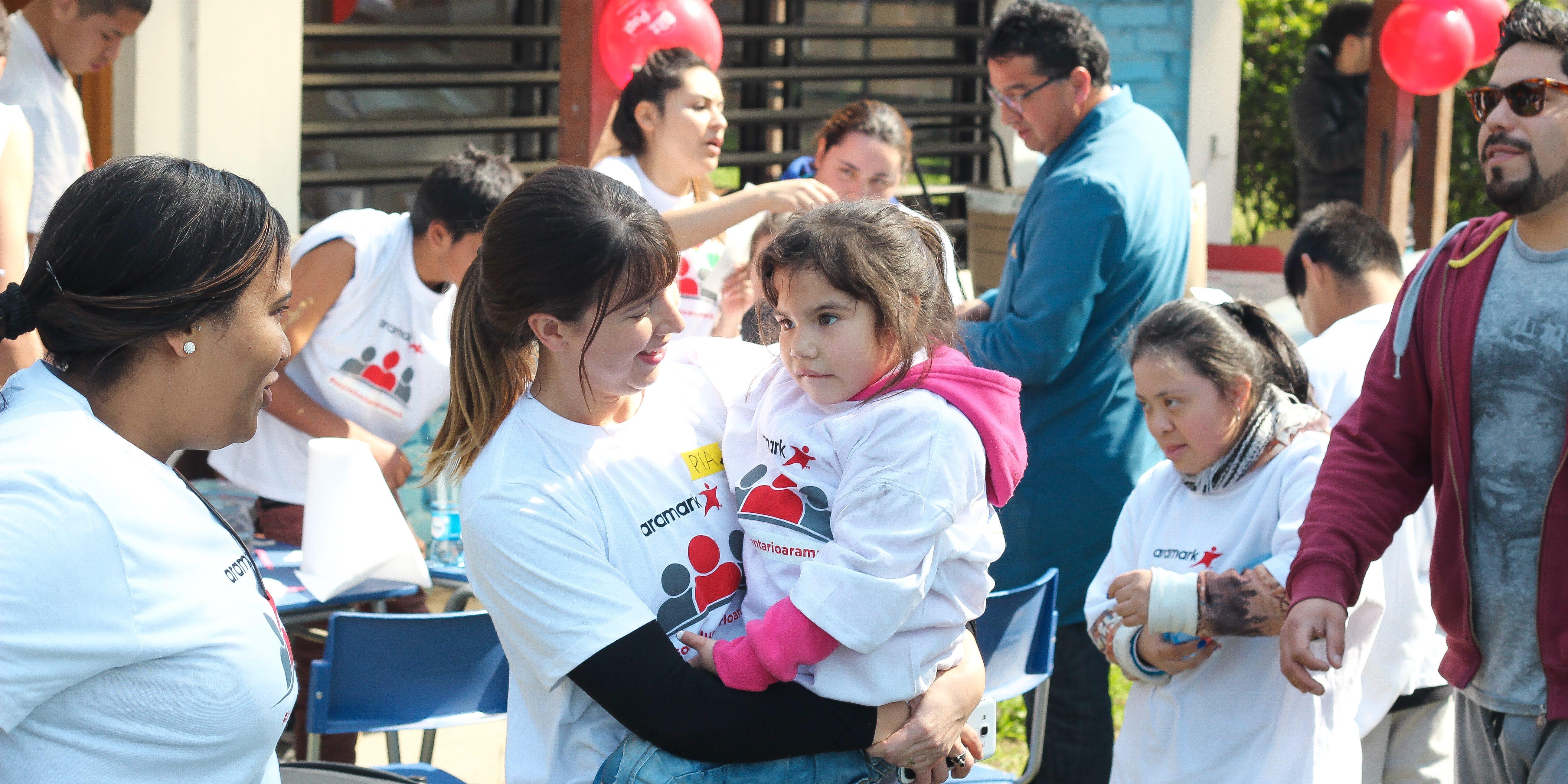 En la foto se ve un grupo de voluntarios y niños de la Fundación realizando una actividad al aire libre
