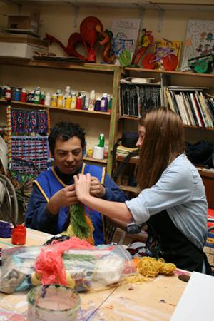 En la foto se ve un joven de la Fundación trabajando con una voluntaria
