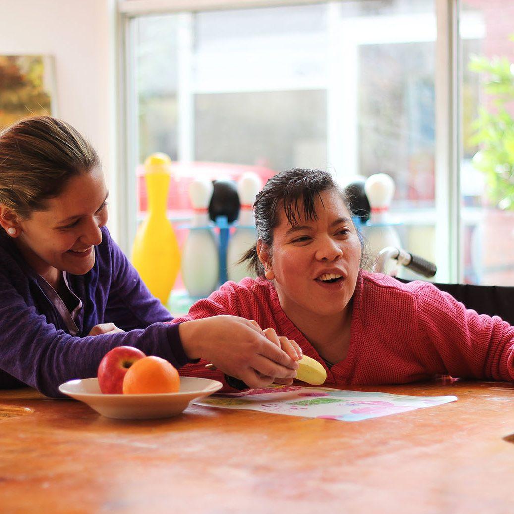 En la foto se ve una joven de Coanil acompañada de una mujer, la niña sonríe
